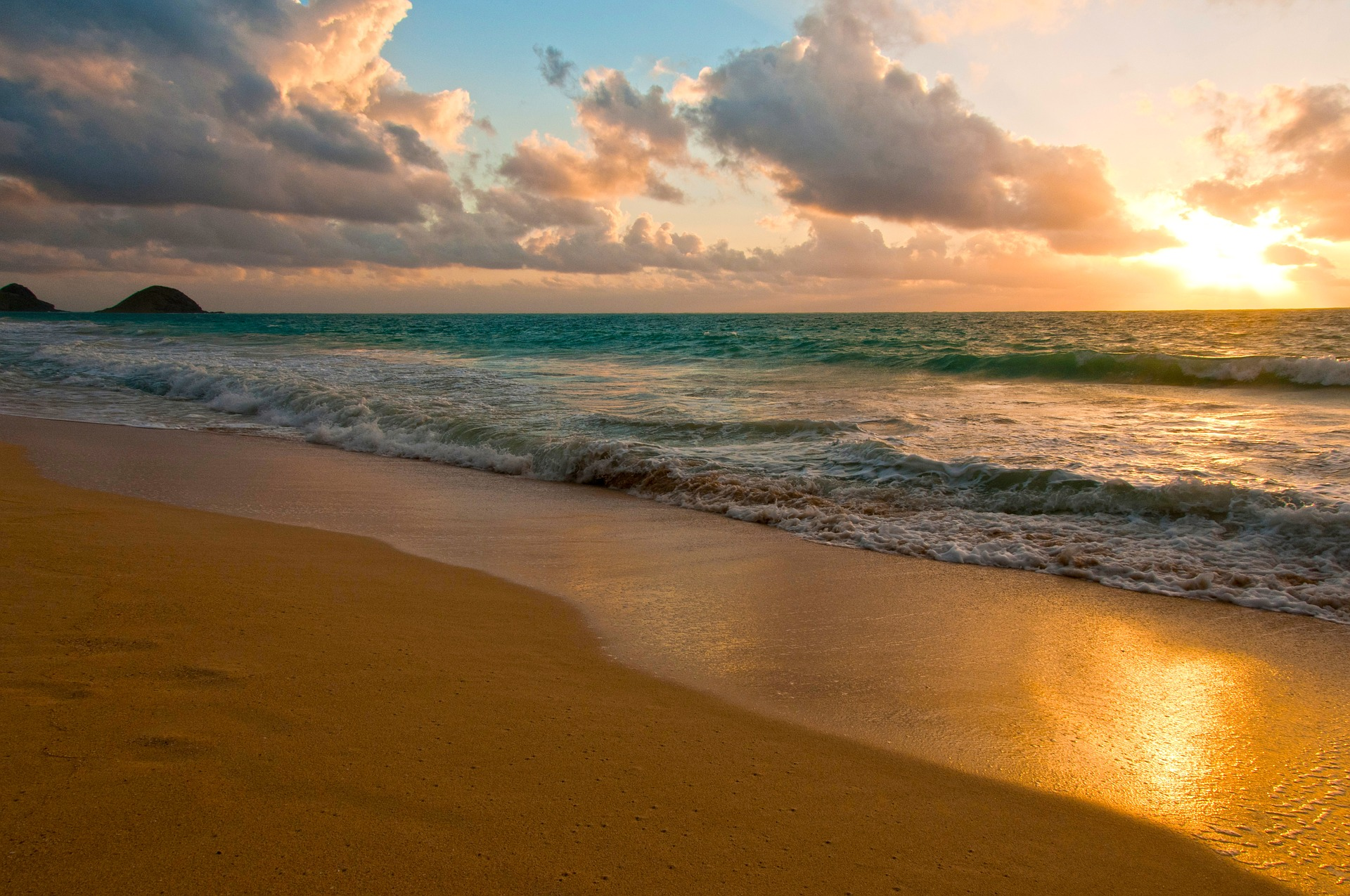 Free things to do in Oahu Hawaii - go to the beach.
