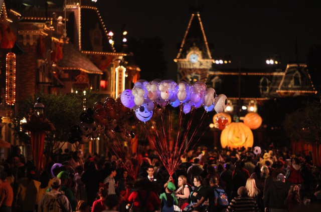 mickeys halloween party disneyland vs mickeys not so scary halloween party at walt