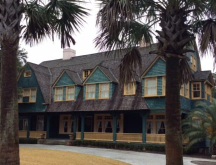 Gracious homes called cottages open to tour in Jekyll Island Landmark District. Photo by Christine Tibbetts, Blended Family TravelingMom