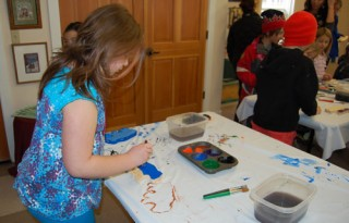 Art workshop helps kids meet locals on vacation.