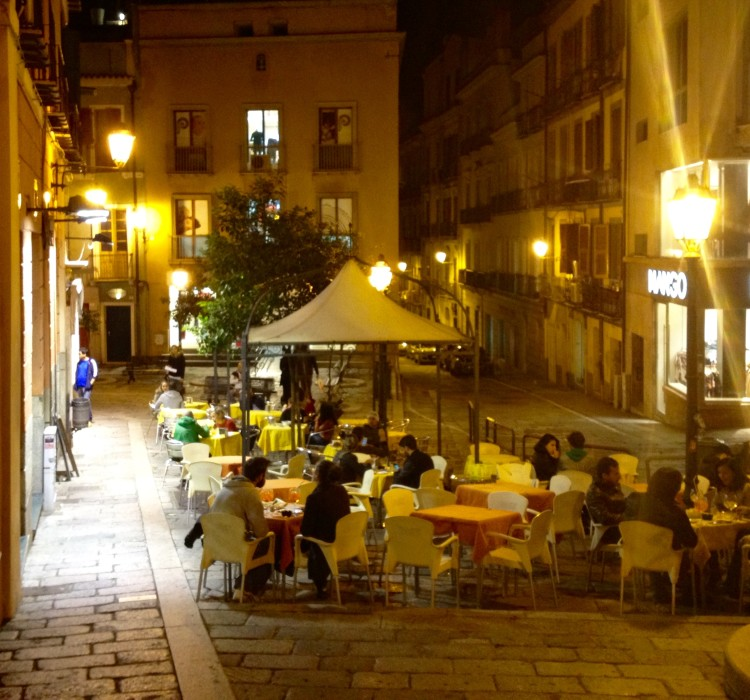 Affordable hotel in Sardinia near sidewalk cafes