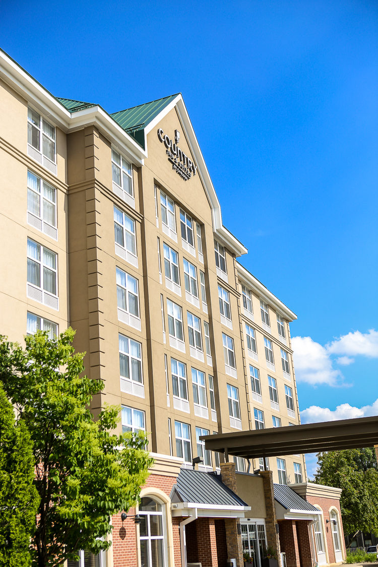 What makes Country Inn & Suites Bloomington a great family-friendly hotel when you're visiting Mall of America