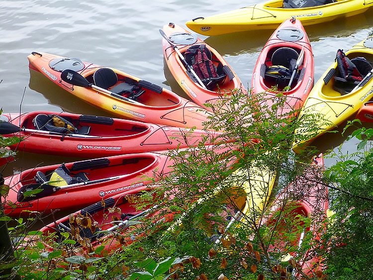 Red kayaks, Hudson River. Which kayak is mine? A problem, but not as troubling as losing your rental car. Travel Mistake #1.