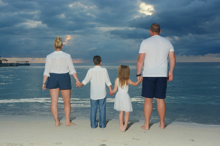 How to style a beach family photo