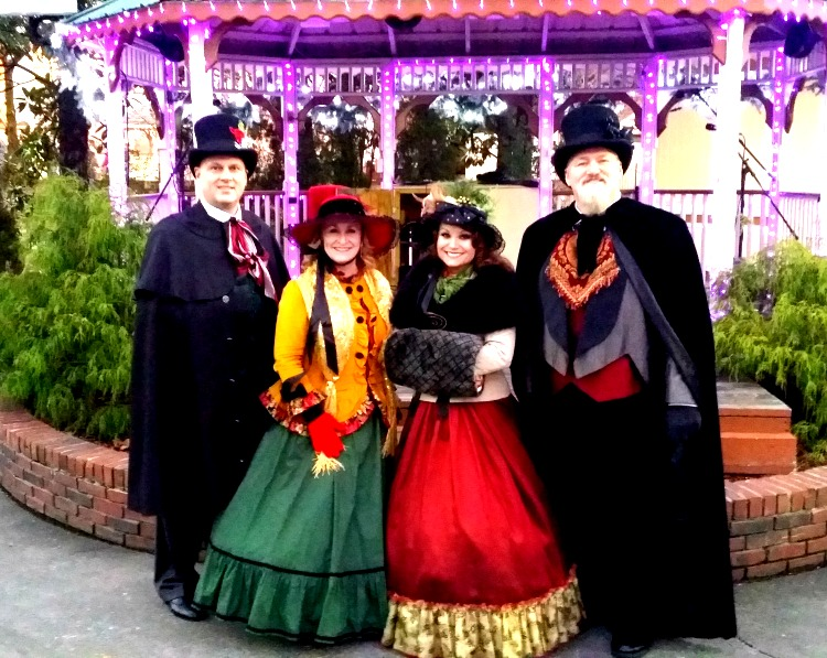 Christmas Caroling Dollywood