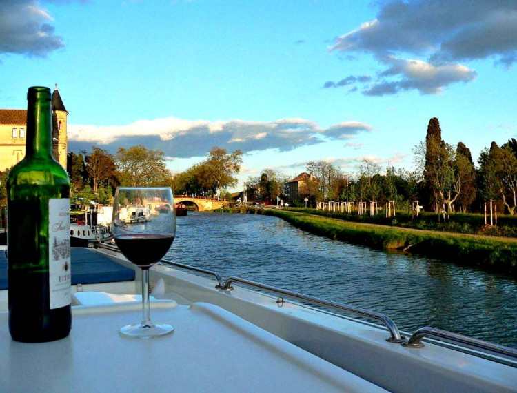 Does Le boat offer multigenerational travel experiences abroad?