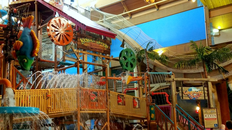 What is there to do at Castaway Bay Indoor Waterpark Resort in Sandusky Ohio