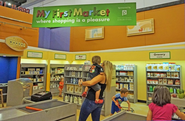 Kids enjoy grocery shopping at Great Exploration Museum at St. Petersburg, Florida