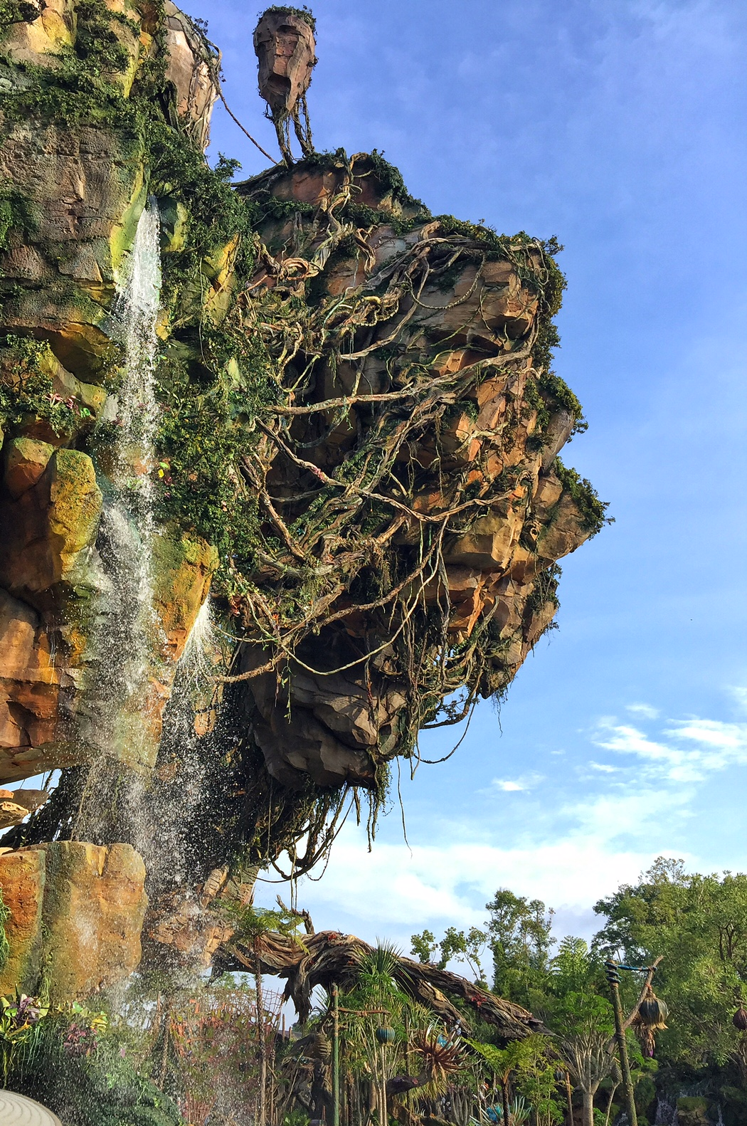 The floating mountain soars over Pandora.