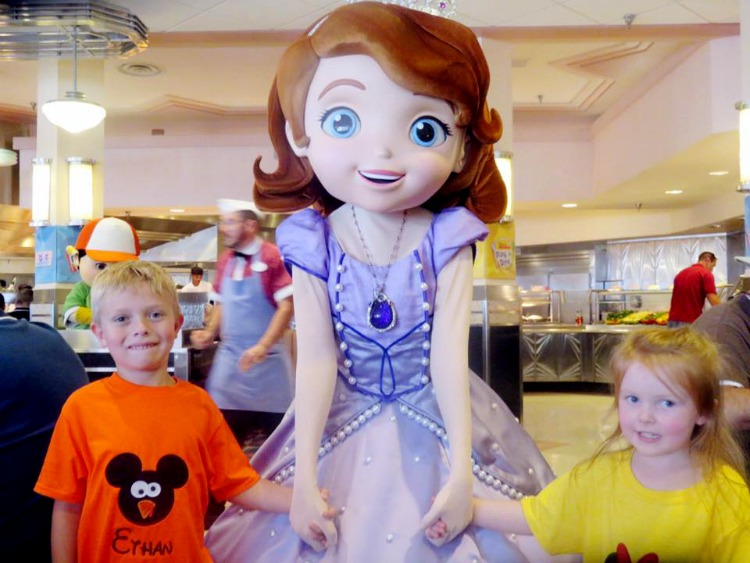 Sofia meets children at the Disney character dining experience in Hollywood Studios