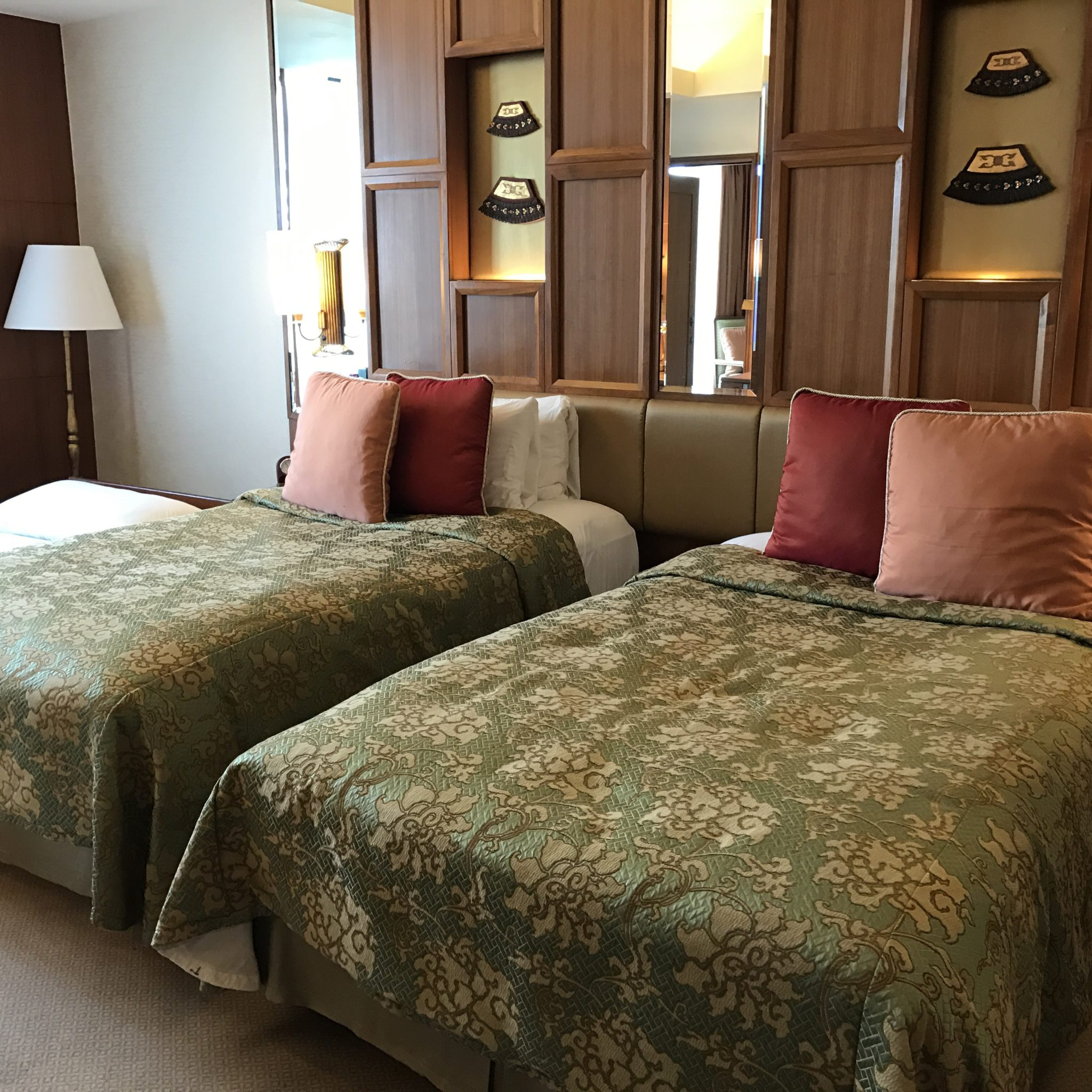 A regular room with two twin beds at Shangri-la Chiang Mai