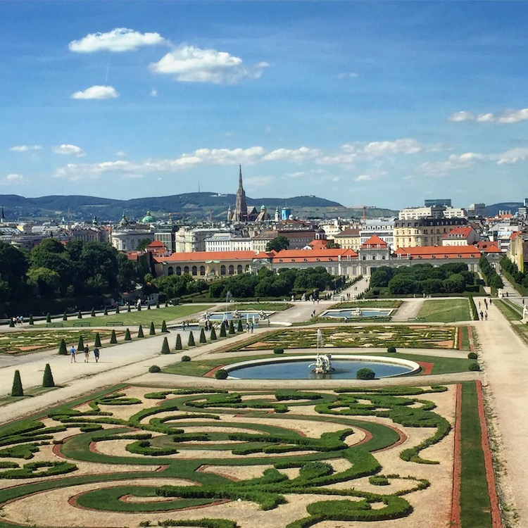 One of the romantic things to do in vienna and a perfect Vienna Date idea is enjouing the view from the Belvedere.