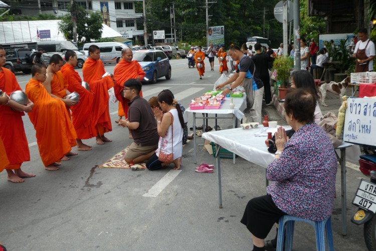 You can make an early morning offering to the Buddhist monks across Thailand with kids.