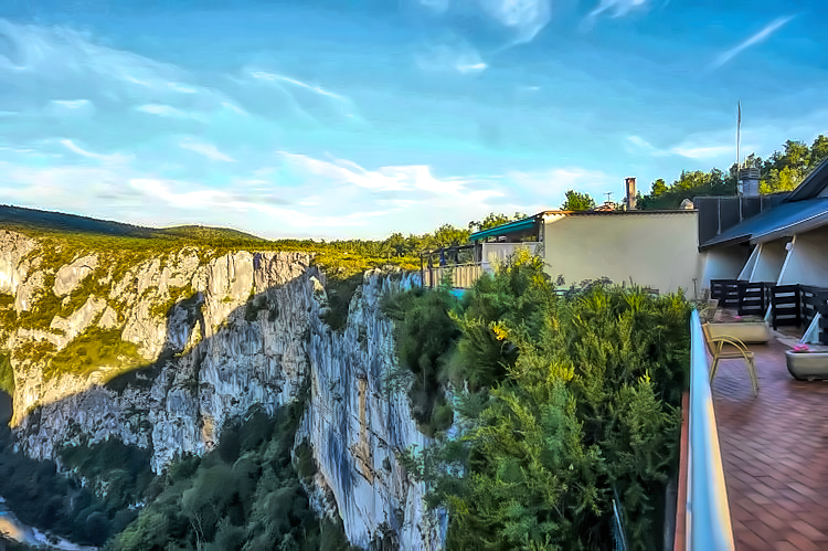 Hotel Grand Canyon du Verdon, the only accommodation right on the cliff, offers spectacular views.
