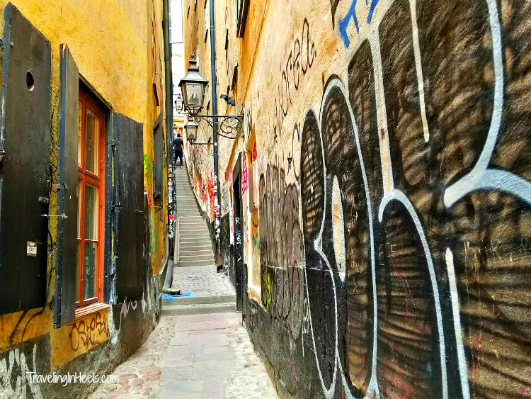 Step off the beaten path ♥️ mini alleyways in Old Town Stockholm, Sweden on Baltic Shore Excursions with Regent Seven Seas. Photo Credit: Dia