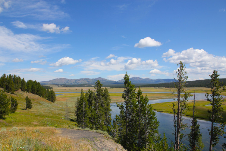 Lamar Valley. Ultimate guide to Yellowstone National Park.