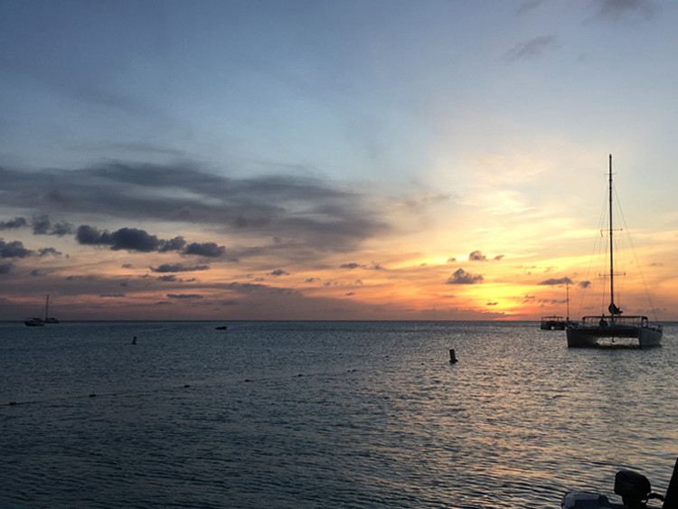 The lovely Pelican Pier in Aruba is a good spot for momcation photos.