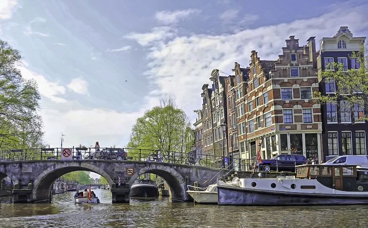 How to visit Amsterdam in two days. To appreciate the true flavor of Amsterdam, get on the boat.