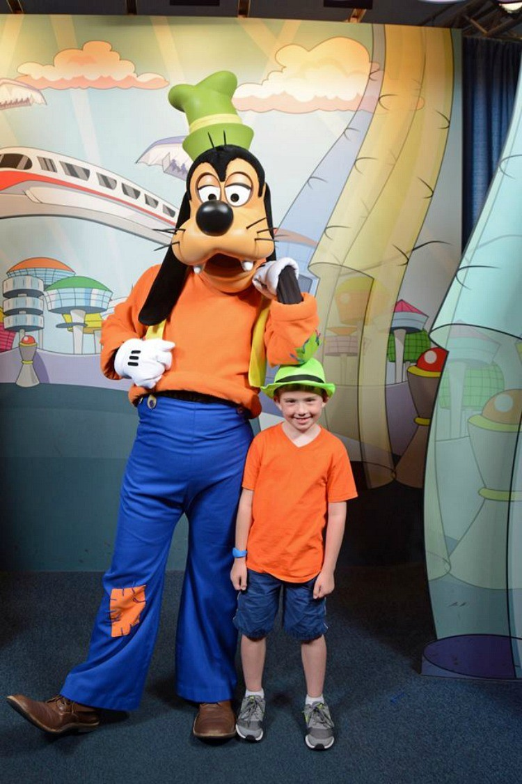 Taking a pic with Goofy, while Disneybounding as Goofy, can be fun!