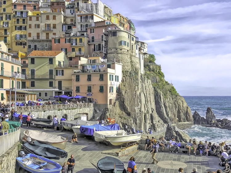Cinque Terre 3 day itinerary. Sunny day in Manarola attracts a lot of visitors.