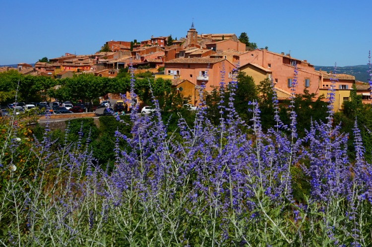 Lavender fields in Provence France - how to plan a trip. Village of Roussillon.