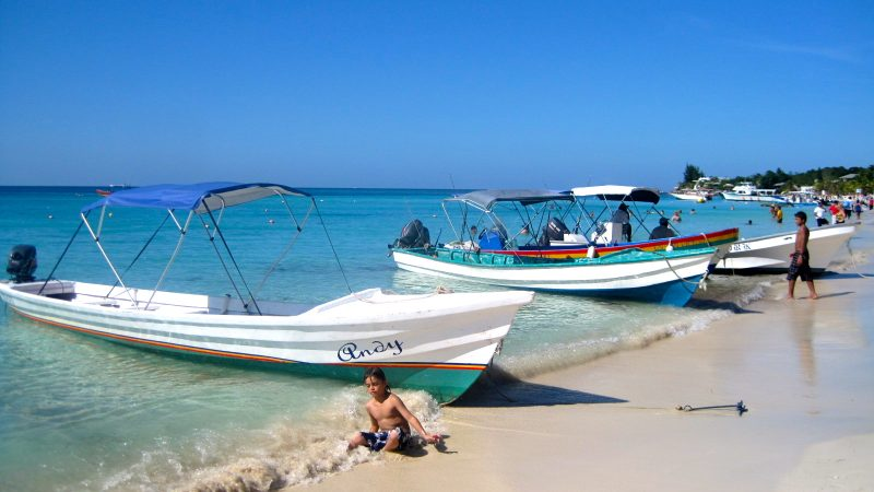 8 Best Beaches in Central America for Families