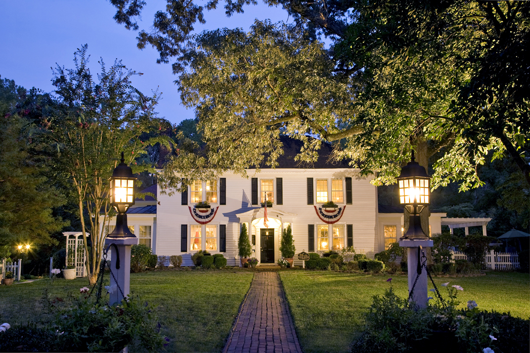 A Williamsburg White House Inn lit up at night.