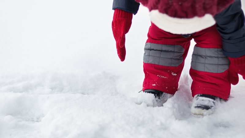 Bundle up your toddler to keep him warm during the winter when traveling. Photo: Pixabay