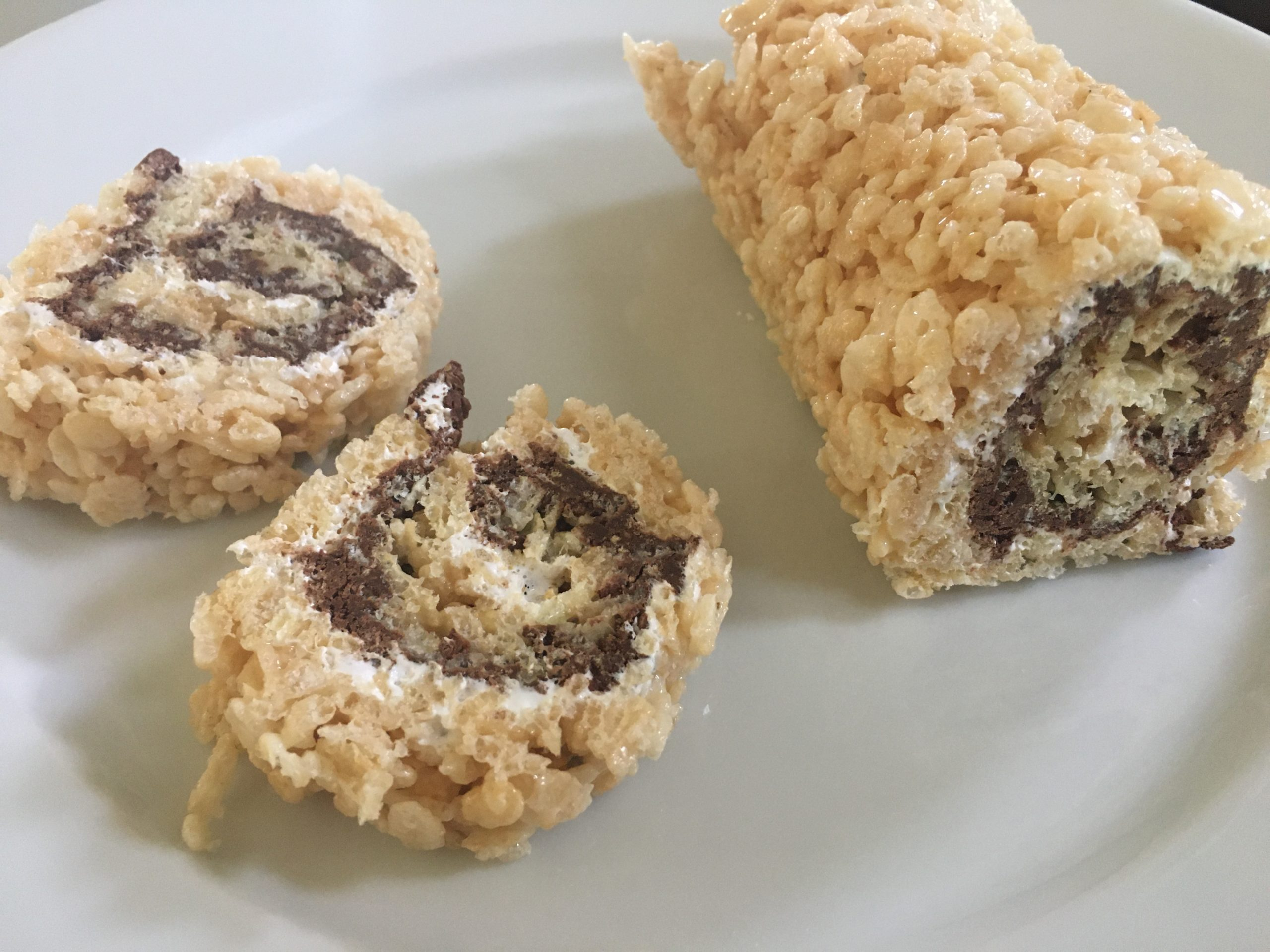 how to make s'mores sushi roll from Rice Krispie treat, chocolate and marshmallow fluff