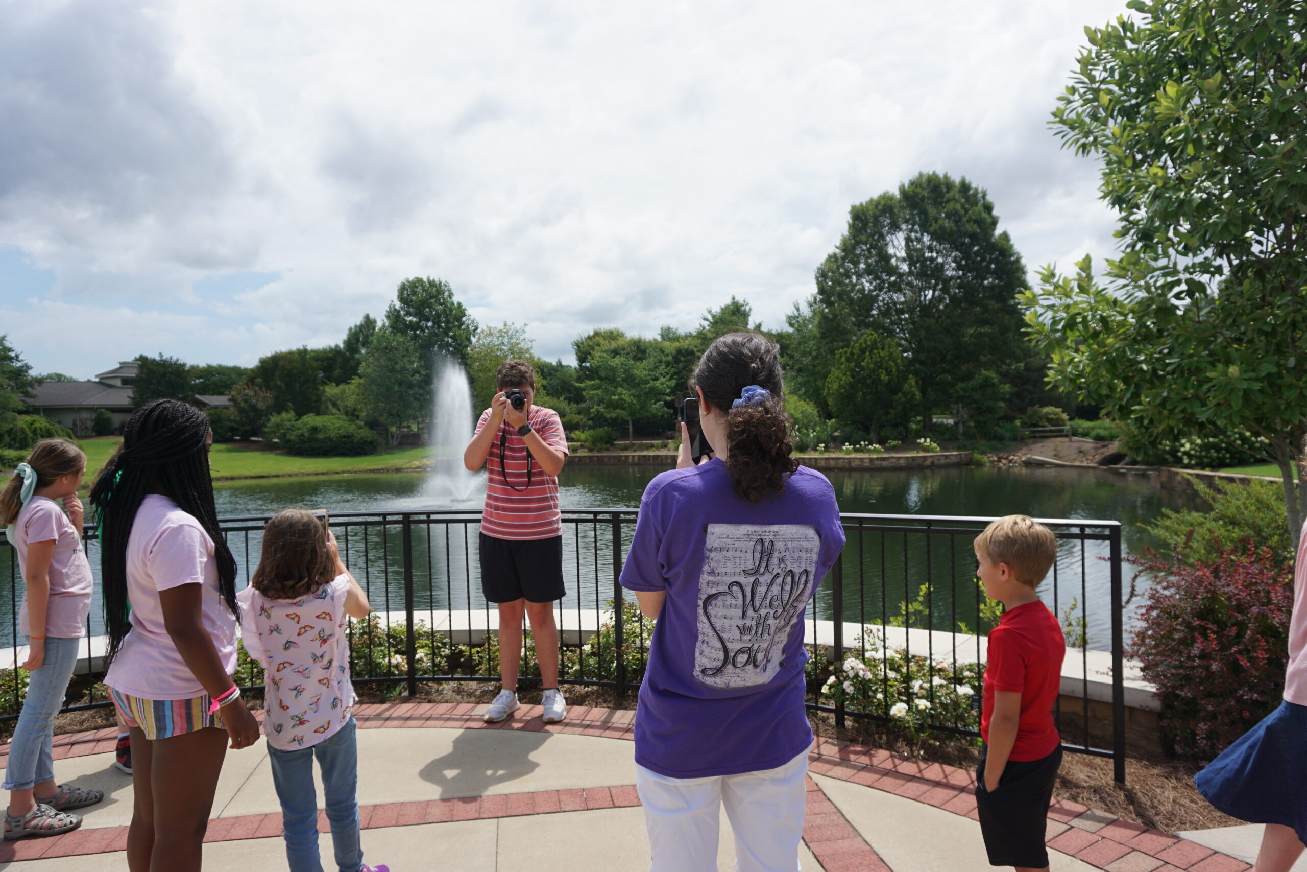 cousin camp ideas - Cousins photographing each other at a botanical garden.